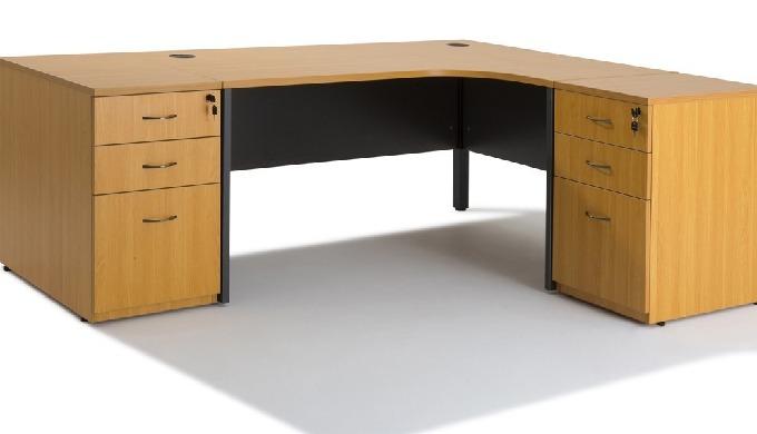 Composition du bureau :1 bureau compact + 2 caissons hauteur bureau Bureau avec de nombreux rangemen...