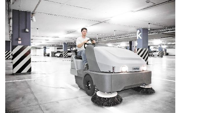 La balayeuse industrielle Nilfisk SW8000 nettoie de grandes surfaces en une fraction du temps qu'une...