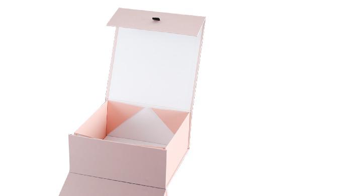 本产品是定做的折叠式礼品盒,它是用2.0mm厚的灰板,胶纸,烫金等手工制作的。我公司专业生产定制的礼品盒,瓦楞纸箱,不干胶,圆管盒等。上