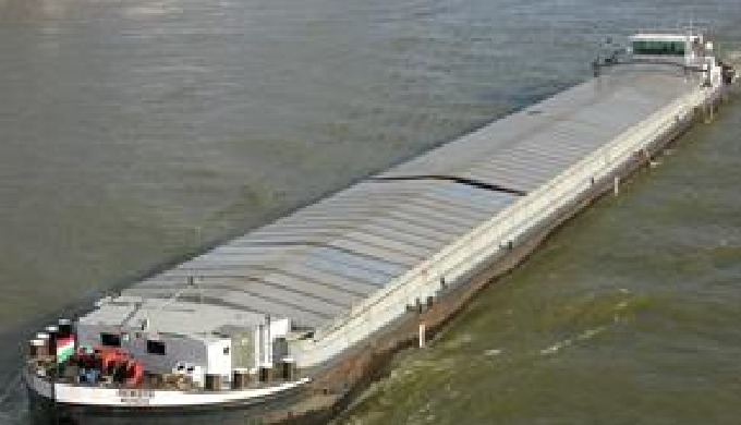 Oferim transport cu barja autopropulsata , capacitate 1200 mt ,cu capace pentru transport cereale,in...