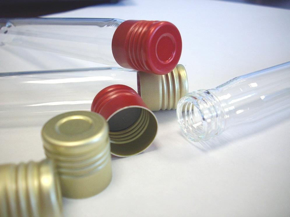 Capsule Or exterieur 16mm à vis, intérieur rouge, avec joint chlorobutyl gris stérilisable Disponibl...
