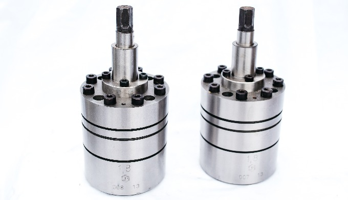 Gear pumps for metering and injection on machines for manufacturing chemical filaments
