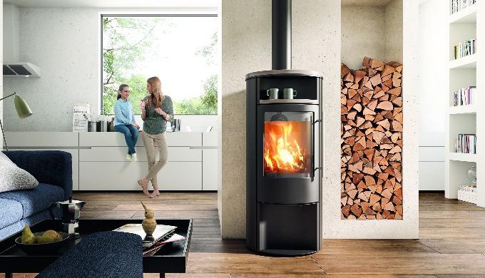 Beinahe in jedem trendigen Wohnmagazin sieht man Kaminöfen räumlich und farblich in die Wohnarchitek...