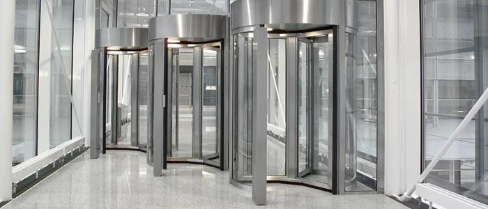 Les portes Geryon sont commandées à l'aide d'un lecteur de badges, d'un capteur, d'un pupitre de com...
