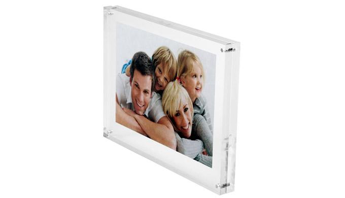 Élégance et transparence du plexiglass pour la mise en valeur de photos, fiches ou informations dive...
