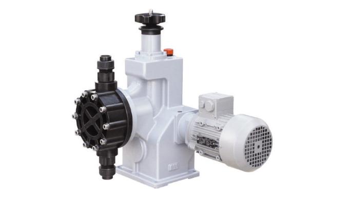 Průmyslové dávkovací čerpadlo s hydraulickým pohonem membrány.