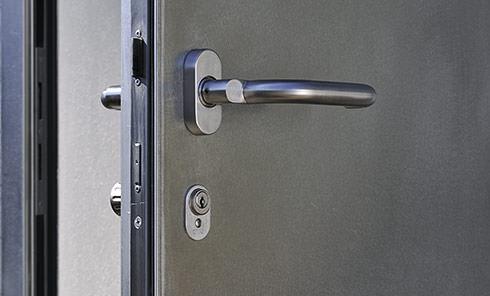 Die von uns entwickelte massive Objektschutztür ist mit einem Kabaschlosszylinder und einer 3-Punkte...