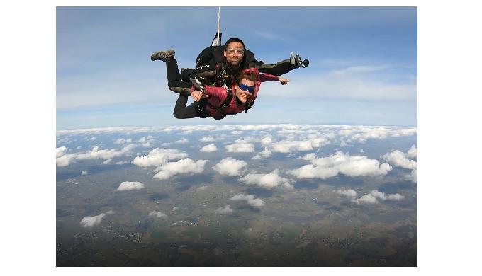 Osez le grand saut ! Saut en parachute tandem depuis l'Aérodrome de Villefranche de Rouergue.