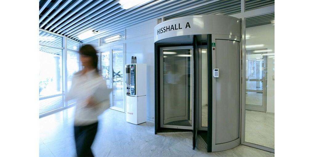 Die Karusselltüren mit Zugangskontrolle ASSA ABLOY RD3A und RD4A1 eignen sich für Eingangsbereiche m...