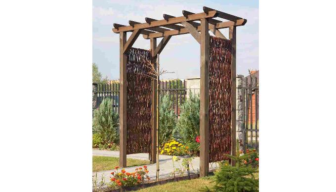 Pergola ogrodowa z dodatkiem z wikliny przeznaczona do ogrodów przydomowych , parków,