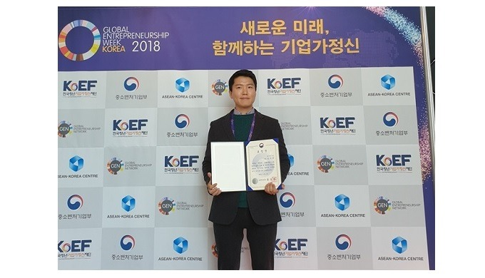 Kim Soo-hyun, CEO of J.K. Industry, and Minister of Small and Medium Business, Wins a commendation.