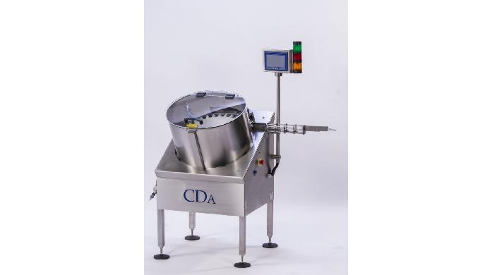 Conçu par CDA, le redresseur automatique de flacons petits formats alimente votre remplisseuse, étiq...