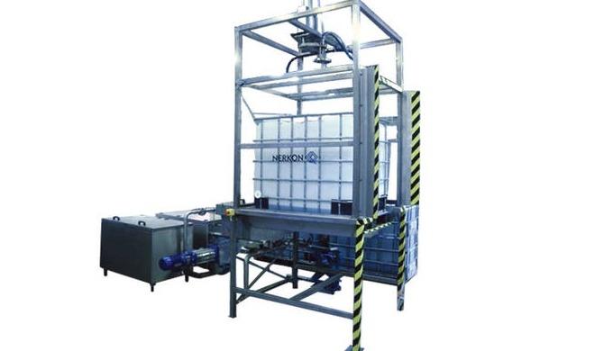 Sprühwaschbox zur Reinigung von IBC-Behältern.