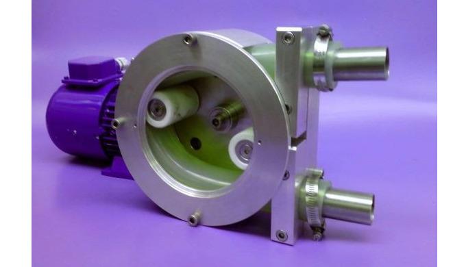 Průmyslové peristaltické čerpadlo s 3-fázovým elektromotorem.