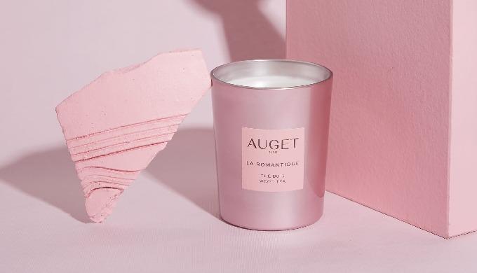 Avec sa fragrance THÉ BOIS, alliance de notes de thé, de fleurs blanches et de santal, son parfum s...