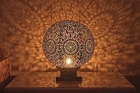 . Cet artisanat couvre pratiquement tout le Maroc et chaque région possède ses propres spécialités, ...