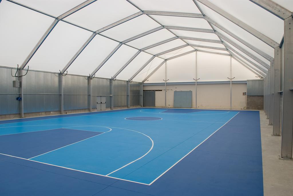 Grâce à leur conception polygonale, les pavillons de sport en acier ou en aluminium, sont parfaits p...