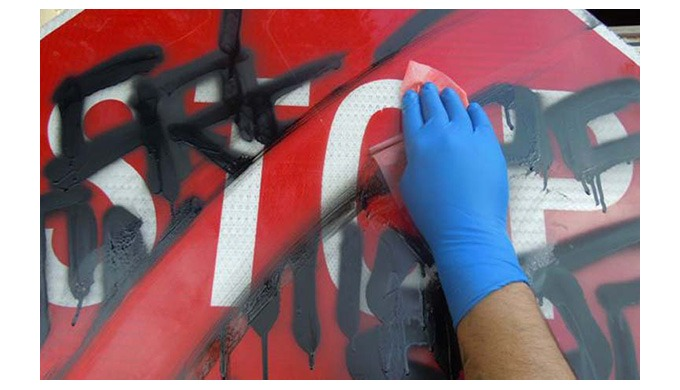 Grundsätzlich ist die Graffiti-Entfernung von jedem Untergrund möglich. Wichtig ist die richtige Wah...