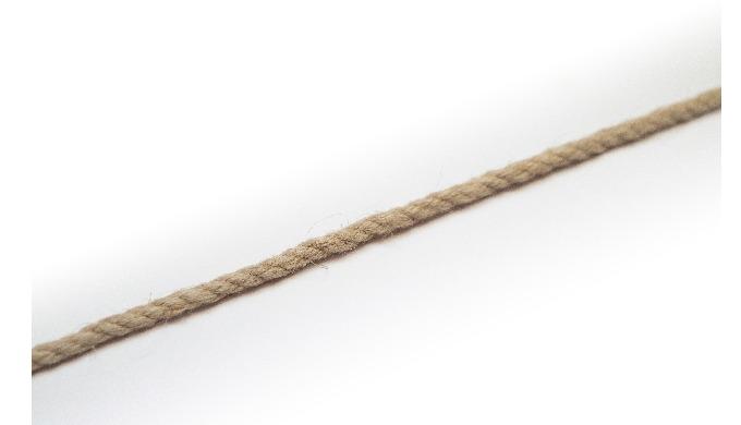 Sznury i liny konopne, wykonane z wysokogatunkowej przędzy naturalnej, odporne na działanie czynnikó...