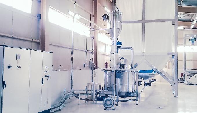 Impianto per la macinazione dello zucchero cristallino con alimentazione automatica e tank di stocca...