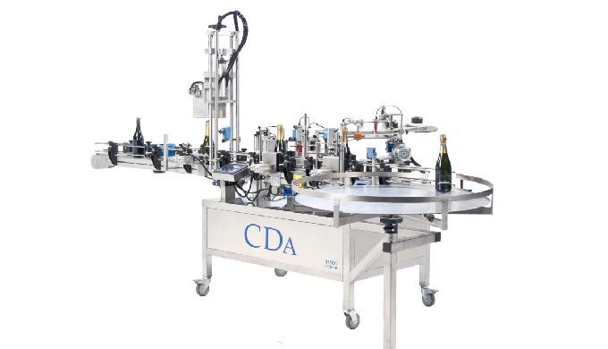 Conçue par la société CDA, la R 1000 Coiffes est une étiqueteuse et sertisseuse automatique permetta...