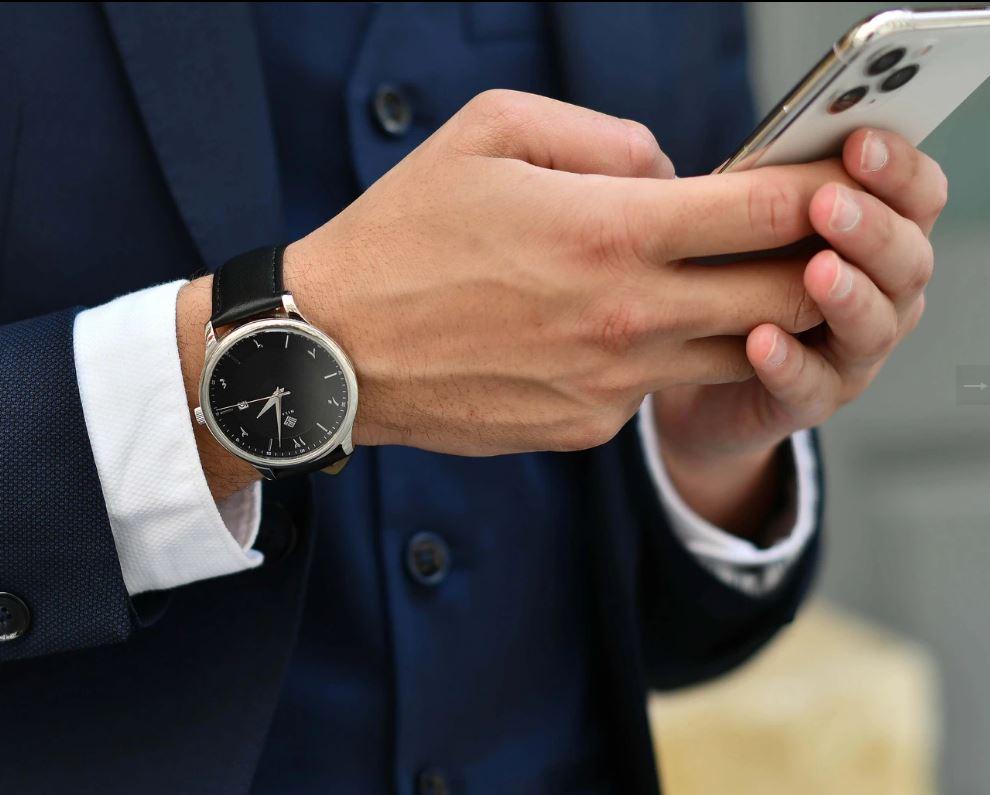 Hilal présente de le montre vintage drapée VEGA – NOIR : adapté pour toutes les occasions. Il est do...