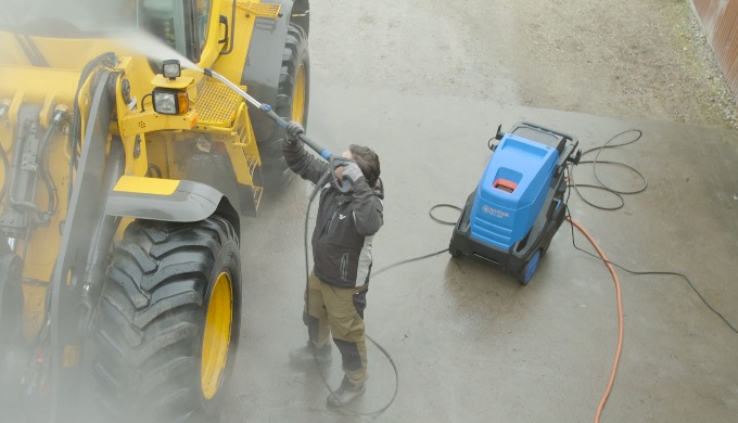Le nettoyeur haute pression Nilfisk MH 4M convient au nettoyage à l'eau chaude moyenne à lourde, où ...
