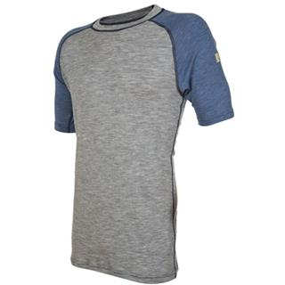 Janus Designwool t-skjorte er laget i fineste kløfri merinoull med detaljer fra vår nye strikkeeffek...