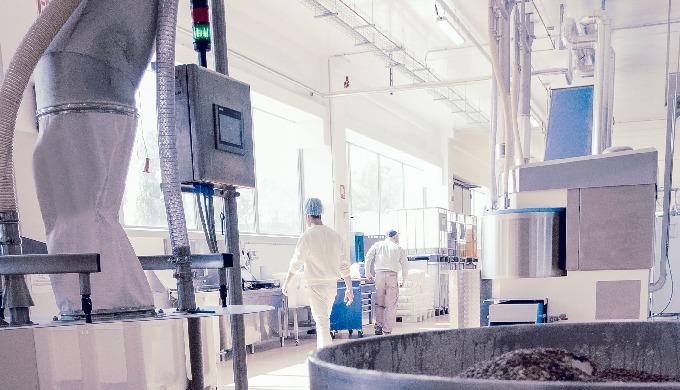 Automazione integrata di tutte le operazioni: gestione della produzione su PLC con HMI, piena tracci...