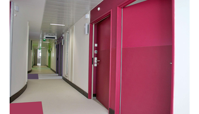 Blocs-portes EI60 prépeints : • 1 vantail • 3 ou 4 paumelles • Huisserie hêtre 118 x 58