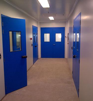 Puertas pivotantes herméticas enrasadas para salas blancas y laboratorios