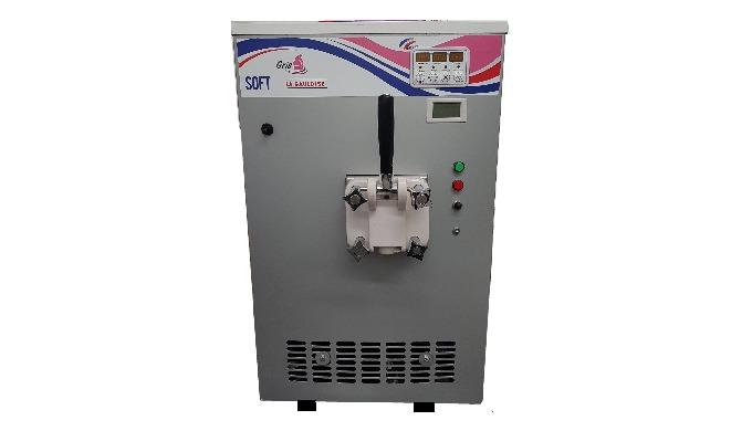 Avec cette machine à glace, vous allez pouvoir proposer soit de la glace italienne en pot ou en corn...