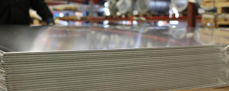 Lackerad plåt Vi lagerför ett brett sortiment av lackerad plåt i standardtjocklekar från 1 mm till 3...