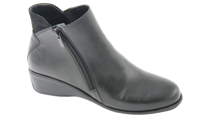 Exterior: Leather Interior: Leather Bottom: Latex / Leather Insole. Sole: Rubber Heel Height: 4.0 cm...
