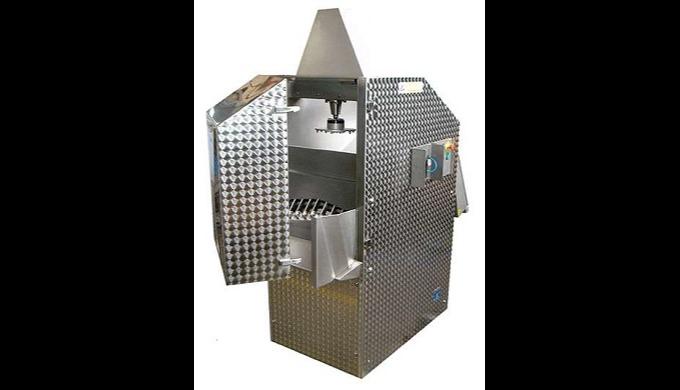 Máquina concebida para cortar bloques de productos congelados en lonjas o prismas para su posterior ...