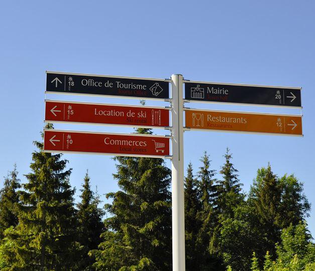 Signaux Girod, opérateur global de la signalisation, vous présente le signalétique mono-mât drapeau ...