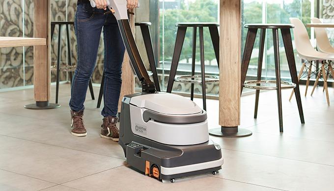 L'autolaveuse Nilfisk SC250 permet un nettoyage rapide et efficace des sols durs, dans les moindres ...