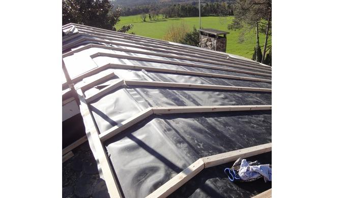 La lámina de cloruro de polivinilo, se utiliza como barrera impermeable en edificación para cubierta...