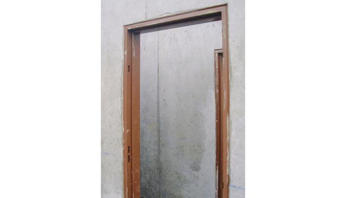 Huisseries métalliques à bancher dans mur béton pour portes locaux communs. • Profil pour porte à re...