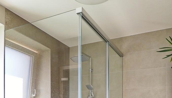 Systém pro posuvné sprchové zástěny s plynulým dojížděním křídla. Sada obsahuje 1x kolejnice + kryt ...