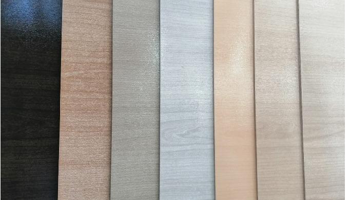 Le MDF (Medium Density Fiberboard) est un panneau composite de fibres de bois à densité moyenne. Ega...