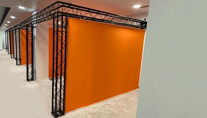 Truss wall, corridor