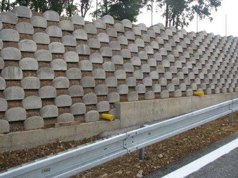 Nejtěžší svahovka pro staticky namáhané zdi o větších výškách (do přibližně 9m, při vyšší zdi doporu...