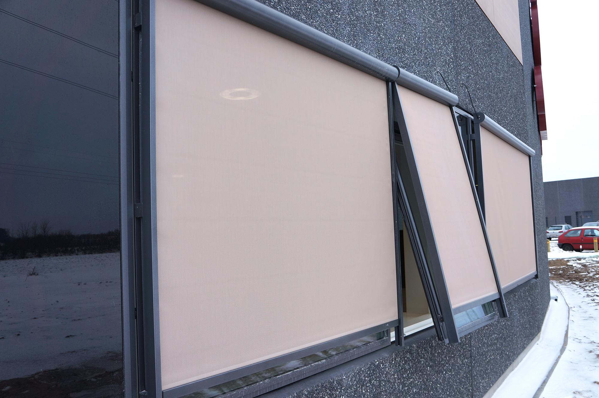 Solscreen Sun 4000 er en meget vindstabil solafskærmning. Den er lavet som en zip screen, som betyde...