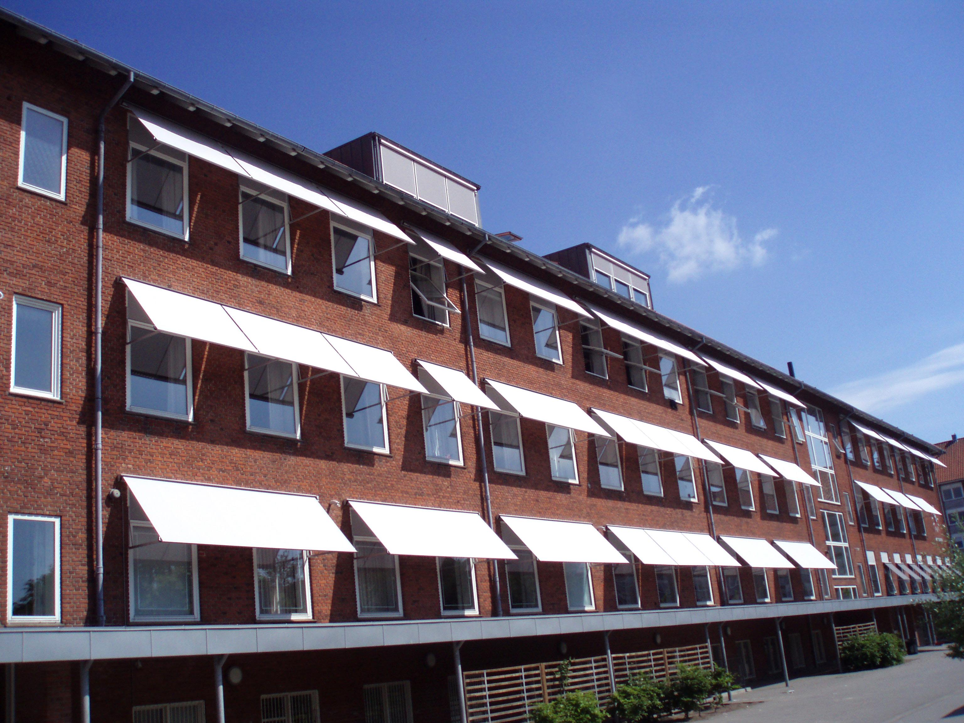 Faldarmsmarkise Sun 4000 anvendes især til større vinduer, men den kan også anvendes til mindre vind...