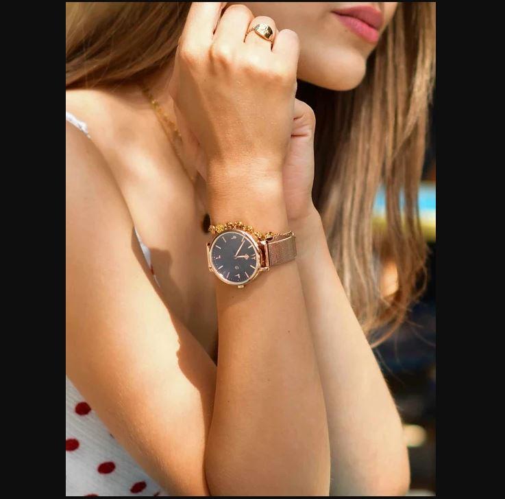 Hilal présente de le montre HYBA qui signifie prestige en arabe. Elle mettra en valeur votre poignet...