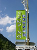 Les panneaux publicitaires Kakémonos ou appelés aussi calicots sont imprimés numérique en haute défi...