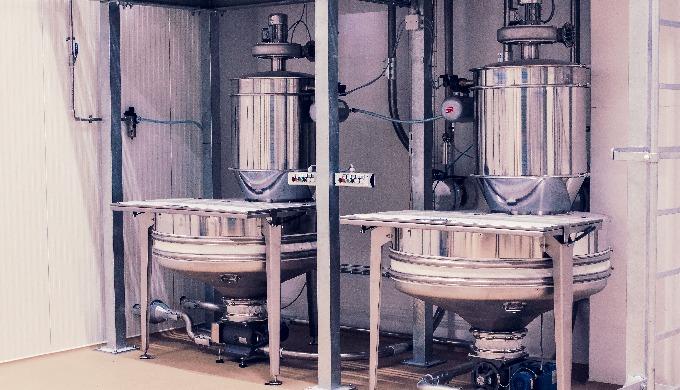 Stazioni di svuotamento dei sacchi con capacità variabile, adatte sia al caricamento dei silos che a...