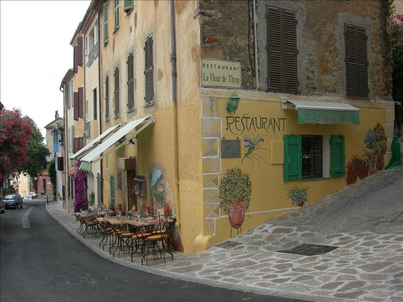 joli restaurant situé au vieux village de Bormes les Mimosas ,le chef travaille avec des petits prod...