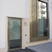 Wir sind spezialisert auf Fenster und Hebeschiebefenster in Aluminium. Der Ausführung von Fenstern u...